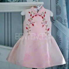 Cheongsam Modern, Dress Anak, Kids Patterns, Kids Fashion, Womens Fashion, Chinese Style, Baby Wearing, Clothing Patterns, Kids Outfits