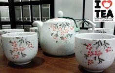 Set pintado a mano: Tetera (500 ml aprox.) + Filtro + 5 tazas. 25 euros (Ref. SetFloresRojas)