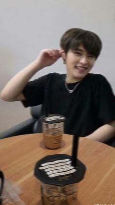 I Know You Know, Lee Know, Minho, Stray Kids Chan, Boy Idols, Looking For People, Kids Wallpaper, Good Jokes, Kpop Boy