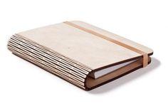 Gelaserd hout waardoor een scharnier ontstaat, hier in een boekje gebruikt.