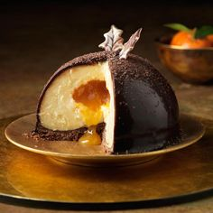 Mystery with a flowing heart of caramel and clementine - a chocolate recipe - . Fish Recipes, Cake Recipes, Biscuits Croustillants, Fancy Desserts, Homemade Tacos, Mousse Cake, Cake Ingredients, Mini Cakes, Creative Food