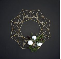 This beautiful Himmeli Wreath is original to the HRUSKAA collection. Inspired from the traditional Finnish himmeli mobile, it casts a beautiful geometric(Diy Ornaments Modern) Noel Christmas, Christmas Wreaths, Christmas Crafts, Christmas Decorations, Xmas, Christmas Makeup, Minimalist Christmas, Minimalist Decor, Minimalist Kitchen
