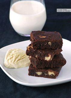 Ay, el brownie. Ese dulce de chocolate, con una crujiente capa en su superficie y un interior denso, jugoso y meloso, de forma cuadrada y poca altura. Su origen nos traslada geográficamente a los Esta