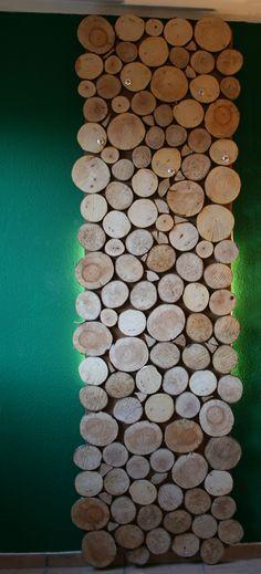 Garderobe aus Holzscheiben selbst bauen  DIY: http://www.bezauberndes-leben.de/garderobe-bauen/