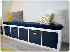 Banquette Ikea Kallax ___________________________________________________ Une idée de seconde vie pour les bibliothèques Ikea Expedit/Kallax : en faire une banquette pour le salon ! Fixer sur le dessus une plaque de mousse découpée aux bonnes dimensions et recouverte de tissu d'ameublement, et peindre les tiroirs d'origine ou glisser dans les cases des boîtes de rangement Ikea Tjena peintes. Et, pour la touche finale, disposer quelques coussins sur le dessus !