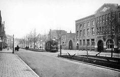 """Groningen<br />Groningen: Het Boterdiep omstreeks 1930 met rechts het Simplongebouw. Het pand is een paar jaar na het dempen van het Boterdiep (1912) gebouwd als onderkomen voor de """"NV Gerzon's Vleeschconservenfabriek"""". Dit familiebedrijf gaat begin 30er jaren failliet en het fabrieksgebouw wordt in kleinere eenheden opgedeeld."""