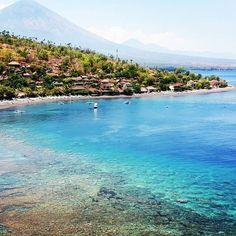 Bali é muito mais do que a web mostra. Amed, na costa leste da ilha, é o paraíso para quem gosta de snorkel + mergulho, natureza exuberante, sossego e imersão na cultura indonesia. Já conhece? || [English] Bali is much more than you imagine and the web shows. Amed, in East Bali, is a paradise for who enjoy nature, peace and immersion in indonesian culture. Do you know Amed? You should!