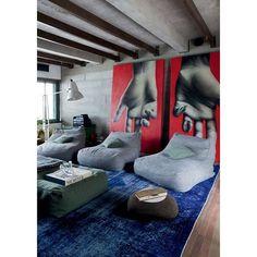 @loft87_arquitetura | Com um visual descolado e mobiliário contemporâneo, este projeto com peças assinadas mostra que veio para arrasar! Pufes espalhados pelo home theater dão um ar jovem e despojado. Destaque para o tapete By Kamy - e sua cor linda, moderna e chique - e para as fantásticas telas de Ian Strange, que ajudam a compor o espaço com muita personalidade. #87adora #arquitetura #hometheater #interiores #design #homedesign #furniture #contemporaryart #art #decor #luxury #bykamy