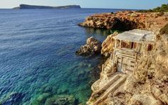 Excursión por la costa de #Ibiza en lancha, visita cuevas y disfruta con propulsores de agua en el mar #ibicenco con www.gaytoursibiza... #ibizagay #gayibiza