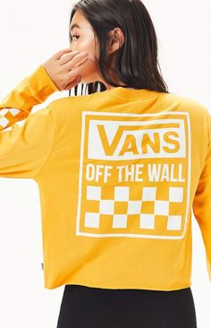Vans offer a bold update to your casual style with the Boxed Logo Long Sleeve Cropped T-Shirt. This essential tee features a crew neckline, long sleeves with checkerboard print, logo graphic at the chest and back, raw cut hem, and a cropped fit. Vans Hoodie, Vans T Shirt, Tee Shirt, Yellow Vans, Vans Outfit, Shirt Outfit, Vans Top, Stitch Fix Outfits, Sweatshirts