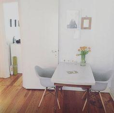 Wohnzimmer mit Essgelegenheit, Holzdielen und weißen Möbeln.  #Wohnzimmer #Tisch #Stühle #Hamburg