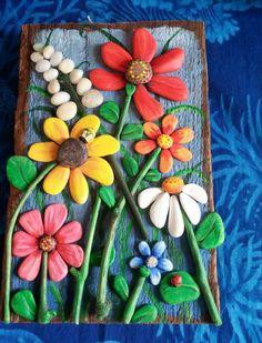 panneau décoratif en bois, composé de fleurs constituées de pierres repeintes de couleurs diverses, décoration murale, matériaux naturels