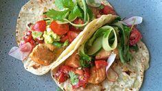 Foto: Lise Finckenhagen My Favorite Food, Favorite Recipes, Frisk, Chorizo, Pulled Pork, Fish Recipes, Guacamole, Food Inspiration, Tacos