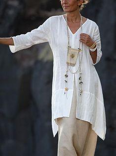 Longue chemise en lin blanc Emilie avec manches trois quart Emilie's long white linen shirt with three quarter sleeves Bohemian Mode, Hippie Chic, Boho Chic, Mode Outfits, Casual Outfits, Office Outfits, Side Slit Shirt, White Linen Shirt, Linen Shirts