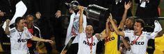 Chicão, Alessandro, Ela (a taça da Libertadores) e PA. Parabéns, Corinthians!