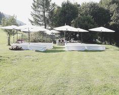 #Trauung #Gartenhochzeit #Bierbank #Sonnenschirme #Wedding #Kleinsasserhof Gazebo, Outdoor Structures, Patio, Decoration, Outdoor Decor, Getting Married, Beer, Decor, Kiosk