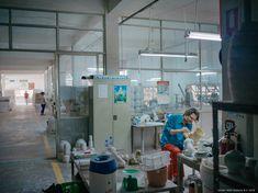 Unde este linia dintre artă și design și dintre frumos și bizar? În timp ce am lucrat cu designer-ul suedez Per B Sundberg, am dezvoltat colecția FÖREMÅL, la fel de diferită ca și creatorul ei. Ikea Portugal, Furniture Collection, Design, Ms, Collections, Studio, Ikea Products, Glass, Houses