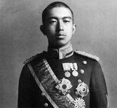 Hirohito - Emperador del Japón (Tokyo, 1901 - 1989). Era hijo primogénito del emperador Yoshihito, al cual sucedió en 1926.  http://www.biografiasyvidas.com/biografia/h/hirohito.htm