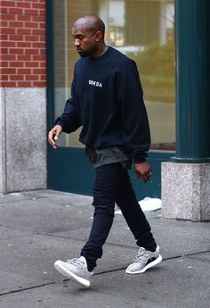 Kanye West in Donda West sweater and first pair of Adidas Yeezy 350 boost (Turtle dove) Style Kanye West, Kanye West Outfits, Kanye West Fashion, Style Streetwear, Streetwear Fashion, Streetwear Clothing, Streetwear Shop, Mode Masculine, Adidas Boost