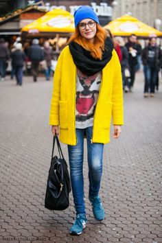 Urban wear women's fashion: yellow coat and #NewBalance sneakers