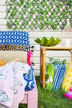Treat yourself to some DIY Patio Loungers in a bright and colourful shade. Your yard, patio, or balcony can easily hold one, and this exterior paint is sure to hold up under the glaring sun. Backyard Play Spaces, Backyard Playhouse, Outdoor Shower Fixtures, Kids Picnic Table, Pond Design, Diy Patio, Clever Diy, Decoration, Behr