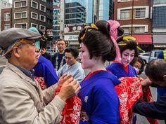Asakusa Oiran Dochu 4/19 The girls arrived and they're getting some final retouches before the parade starts. #Asakusa, #Oiran, #Dochu November 9 2014 © Grigoris A. Miliaresis