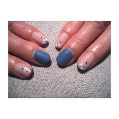 """""""冬青。  先端に適当に白をのせて。  つや消し仕上げが落ち着きます。  #pinupinu#nail"""""""