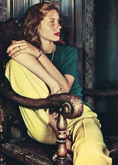 Lauren Bacall, an amazing actress and Old Hollywood Icon and true beauty Lauren Bacall, Divas, Vintage Hollywood, Classic Hollywood, Bogie And Bacall, Portraits, Mellow Yellow, Classic Beauty, Timeless Beauty