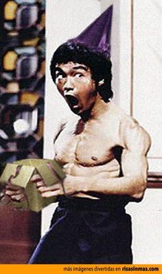 Bruce Lee abre su regalo de cumpleaños.