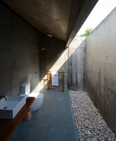 This space just makes me so happy.  Steal This Look concrete bath by Brio Architects in India | Gardenista