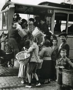 It's 1937 and life goes on in the besieged city of Madrid. The empty baskets would indicate that these passengers are on their way to look for supplies. At this time, before getting her job delivering rations, Maria would have made similar journeys. Old Pictures, Old Photos, Spanish War, Foto Madrid, Photo Journal, Life Goes On, Animal Crossing, The Past, In This Moment