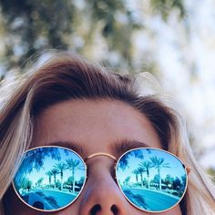 Bild via We Heart It https://weheartit.com/entry/169500199 #blonde #girl #mirros #rayban #summer #sunglasses