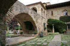 Casco antiguo de Pals, pequeño municipio de estilo gótico y declarado Conjunto Histórico Artístico en el Baix Empordá en Girona  Spain