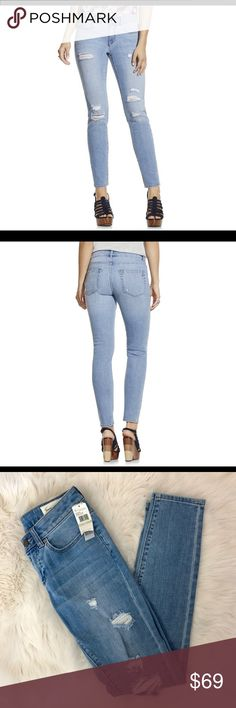 """Two by Vince Camuto Blue Wash Skinny Jeans 25/0 This listing is for a pair of Two by Vince Camuto Ripped Blue Wash Skinny Jeans in a Size 25/0.  •zip fly with Button closure •99% cotton 1% spandex •Machine wash cold tumble dry low •30"""" inseam, 9"""" front rise 15"""" back rise •Jeans will be delivered gently steamed and beautifully wrapped in tissue  🍑We strive to ship out the same day if ordered before noon and the next day if after.  Follow us on Instagram @peachesandking 🍑  🛍Bundle & save…"""