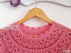 Toca do tricot e crochet Crochet Baby Clothes, Collar Dress, Corsage, Baby Knitting, Baby Dress, Knit Dress, Crochet Top, Crochet Necklace, Couture