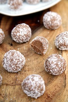 Pin for Later: Snacks to Satisfy Serious Sugar Cravings Coconut-Covered Chocolate Protein Balls Calories: 106 for 2 Fiber: grams Protein: grams Get the recipe: Chocolate almond coconut protein balls Protein Dinner, Healthy Protein Snacks, Protein Bites, Vegan Snacks, Healthy Treats, High Protein, Healthiest Snacks, Protein Energy, Healthy Chocolate Snacks