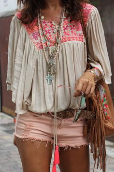 Discover thousands of images about ╰☆╮Boho chic bohemian boho style hippy hippie chic bohème vibe gypsy fashion indie folk the . Hippie Style, Look Hippie Chic, Hippie Chic Fashion, Fashion Music, Bohemian Fashion, Gypsy Style, Moda Boho, Womens Fashion Casual Summer, Womens Fashion For Work