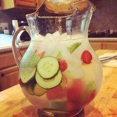 Frutas flotando (sin licuar) en el agua, que darán un sabor sofisticado, fresco y sencillo a tu agua.
