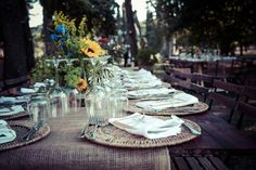 wedding in Tuscany - country arrangement with burlap runner and country chic chairs. Mason jar centerpieces with sunflowers and wildfloers. Matrimonio in toscana con allestimento country