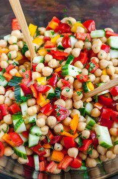 salad recipes Loaded with fresh veggies and tossed in a light homemade dressing, this tasty vegetarian Greek Chickpea Salad makes healthy eating a breeze! Greek Chickpea Salad, Chickpea Salad Recipes, Vegetarian Salad Recipes, Healthy Recipes, Greek Salad, Garbanzo Salad, Drink Recipes, Easy Recipes, Dessert Recipes