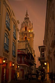 Streets of Cartagena de Indias at dusk, Colombia (by Juan Diego Rivas).