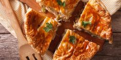 Recette Tourte aux champignons et viande hachée facile | Mes recettes faciles Homemade Chicken Pot Pie Recipe Easy, Easy Chicken Pot Pie, Chicken Soup, Creamed Mushrooms, Stuffed Mushrooms, Stuffed Peppers, Sopas Low Carb, Chicken And Mushroom Pie, Yum Yum Chicken