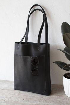 Black matte genuine Italian leather, Size: 33 x 38 cm x Strap length: 1 large front pocket: 24 x 1 small inside School Tote, School Bags, School Handbags, Black Leather Tote Bag, Leather Case, Macbook Pro, Mac Book, Unique Bags, Ipad