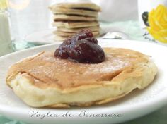 Desiderate iniziare la giornata in maniera golosa, ma senza eccedere in grassi e zuccheri? La ricetta dei pancake alla banana fa proprio al caso vostro!
