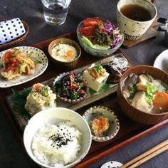 少量のおかずをたくさんいただきたいとき、プレートに並べるのではなく、このように豆皿に盛り付ければおしゃれなカフェご飯のように演出することができます。