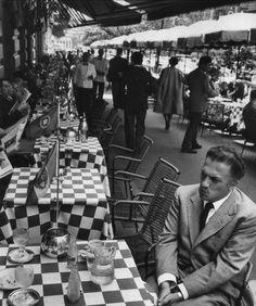 Federico Fellini ai tavolini del Caffè Doney, via Veneto, Roma, anni '60.Foto di Tazio Secchiaroli