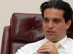 Simón Gaviria Muñoz (Pereira, 24 de noviembre de 1980) es un economista y político colombiano. Elegido popularmente en dos ocasiones para integrar la Cámara de Representantes. Entre julio de 2011 y julio de 2012 se desempeñó como presidente de la Cámara de Representantes y desde diciembre de 2011 es el director del Partido Liberal.