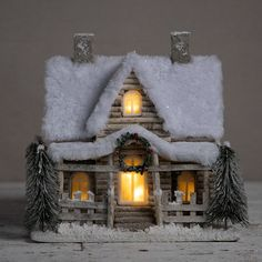 Do you dream of transforming your cocoon into a miniature Christmas village? We give you all the tips to choose the size of your Christmas tree according to the place you reserve for it, its price and its decorative look! Woodland Christmas, Miniature Christmas, Christmas Home, All Things Christmas, Christmas Crafts, Christmas Glitter, Christmas Lights, Christmas Ideas, Christmas Village Houses