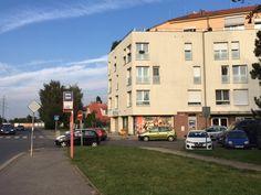 Mi barrio se llama Suchdol. Suchdol está en el norte de Praga.  En el foto puedes ver la parada de autobus y el tienda pequena.