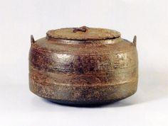 「大講堂釜」 室町後期~室町末期・16世紀  元は比叡山延暦寺の大講堂で使われていた香炉を千利休が茶釜に仕立てたと 云われています。 肩に3本、胴に1本の線が廻り、横向きに「大講堂」の字を鋳出してあります。 釜を持ち上げる鐶ををかける鐶付(かんつき)は上に向かって外側に突き出している 常張(じょうはり)形になっています。 大きな古びた共蓋にも味わいがあります。 徳川家光より加賀前田家3代当主、前田利常が拝領の釜とされています。
